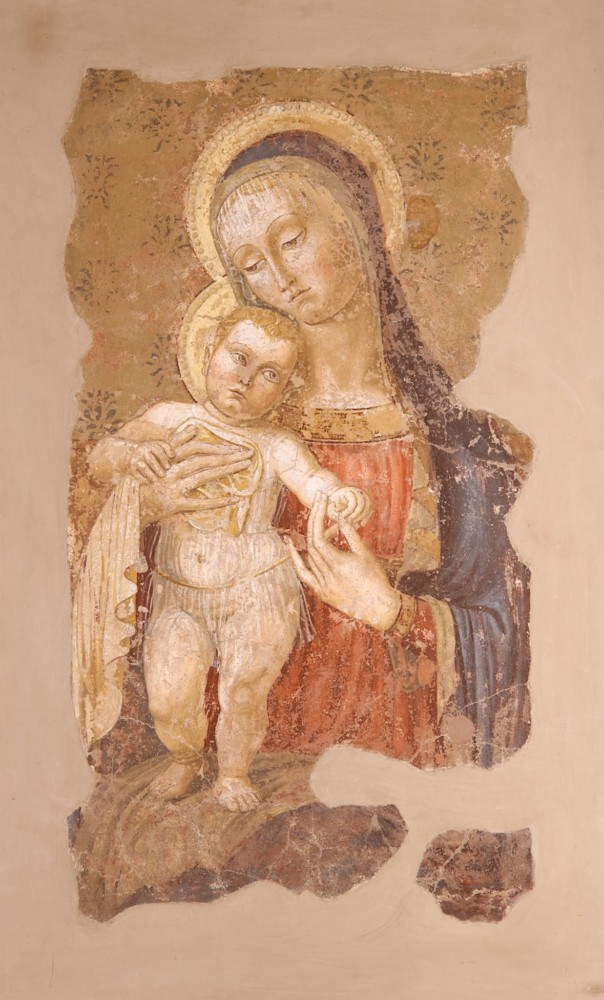 Pintura al Fresco transferida a lienzo (strappo) sobre madera. Virgen con Niño. 130 x 80 cm. Escuela Toscana (Siena), circa 1400.